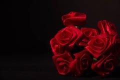 Roses rouges de ruban dans l'obscurité Image stock