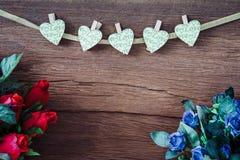 Roses rouges de Valentine avec des coeurs sur le vieux fond en bois Photographie stock