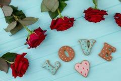 Roses rouges disposées sur le fond en bois Photographie stock