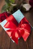 Roses rouges et boîte-cadeau, fond d'amour Image libre de droits
