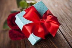 Roses rouges et boîte-cadeau, fond d'amour Image stock