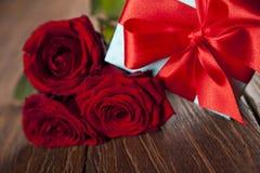 Roses rouges et boîte-cadeau, fond d'amour Photo libre de droits
