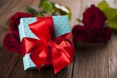 Roses rouges et boîte-cadeau, fond d'amour Photographie stock