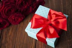 Roses rouges et boîte-cadeau, fond d'amour Images libres de droits