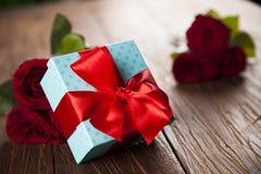 Roses rouges et boîte-cadeau, fond d'amour Photos libres de droits