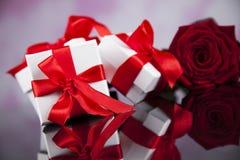 Roses rouges et boîte-cadeau, fond d'amour Photos stock
