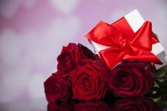 Roses rouges et boîte-cadeau, fond d'amour Photo stock