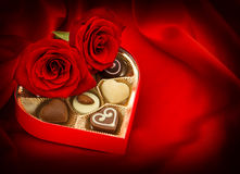 Roses rouges et bonbons au chocolat Cadre de cadeau Coeur Amour Photo libre de droits