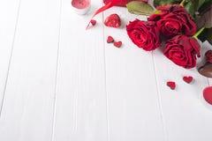 Roses rouges et bonbons au chocolat pour le jour du ` s de Valentine Photos libres de droits