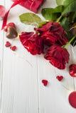 Roses rouges et bonbons au chocolat pour le jour du ` s de Valentine Image stock
