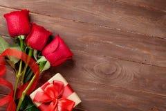 Roses rouges et cadeau de Saint-Valentin Photographie stock libre de droits