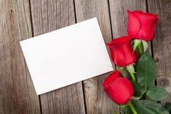 Roses rouges et carte de voeux de jour de valentines Photographie stock libre de droits