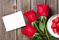 Roses rouges et carte de voeux de jour de valentines Photographie stock