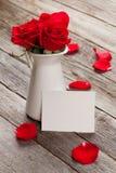 Roses rouges et carte de voeux de valentines Images stock
