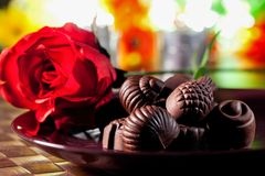 Roses rouges et chocolat Images stock