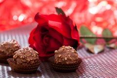 Roses rouges et chocolat Photos stock