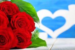 Roses rouges et coeur le jour de valentines avec l'espace pour le texte Photographie stock libre de droits