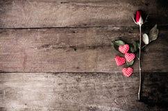 Roses rouges et coeur rouge sur le fond en bois Photographie stock libre de droits