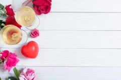 Roses rouges et coeur rouge sur le panneau en bois blanc, jour de valentines Image stock