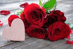 Roses rouges et coeur sur le fond en bois Photos libres de droits