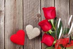 Roses rouges et coeurs de jour de ` s de Valentine Photo libre de droits
