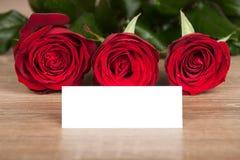 Roses rouges et feuille sur le bois Photographie stock libre de droits
