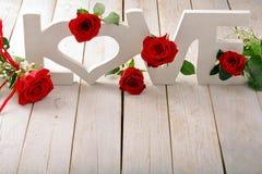 Roses rouges et inscription d'amour le jour de valentines Photographie stock
