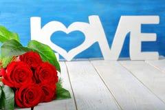 Roses rouges et inscription d'amour le jour de valentines avec l'espace pour Photographie stock libre de droits