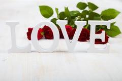 Roses rouges et le mot Photo libre de droits