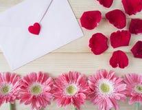 Roses rouges, fleur rose et enveloppe rose 1 Photos stock