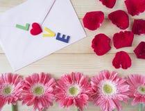 Roses rouges, fleur rose et enveloppe rose 2 Image libre de droits