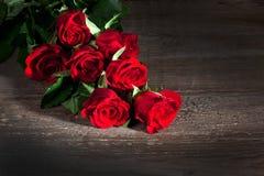 Roses rouges, fond en bois image stock