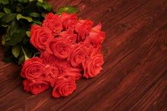 Roses rouges fraîches au-dessus de fond brun Images stock