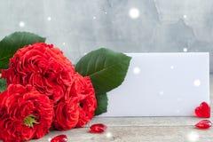 Roses rouges fraîches de jardin de vintage avec une note blanche ` S de Valentine ou concept de carte postale de jour de ` s de m Image stock