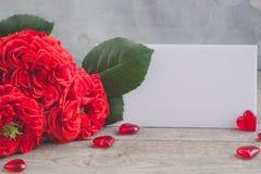 Roses rouges fraîches de jardin de vintage ` S de Valentine ou concept de carte postale de jour de ` s de mariage Photographie stock libre de droits