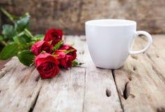 Roses rouges pour la Saint-Valentin sur le fond en bois brouillé Photos stock