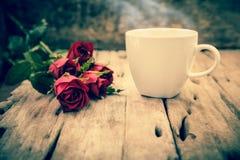 Roses rouges pour la Saint-Valentin sur le fond en bois brouillé Hôte Photos stock