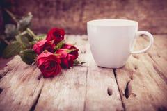 Roses rouges pour la Saint-Valentin sur le fond en bois brouillé Retr Photos libres de droits