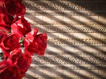 roses rouges sur le fond décoratif de mur antique Image libre de droits