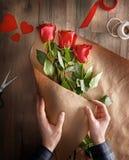 Roses rouges sur le fond en bois Photographie stock libre de droits