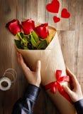 Roses rouges sur le fond en bois Photos libres de droits