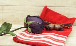 Roses sèches avec le petit sac rouge sur le fond en bois de modèle Images libres de droits