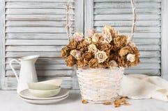 Roses sèches dans le panier contre des abat-jour Images libres de droits