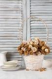 Roses sèches dans le panier contre des abat-jour Photos libres de droits