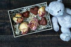 Roses sèches par rose blanc sur la table en bois Photographie stock