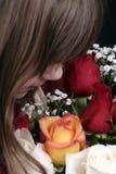 Roses sentantes de fille Images stock