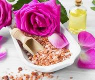 Roses spa που θέτει με το άλας λουτρών, λουλούδια τριαντάφυλλων, λουτρό αυξήθηκε πετρέλαιο, στοκ φωτογραφίες