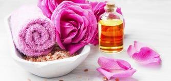 Roses spa που θέτει με το άλας λουτρών, λουλούδια τριαντάφυλλων, λουτρό αυξήθηκε πετρέλαιο, στοκ εικόνα
