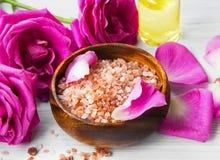 Roses spa die met badzout plaatsen, rozenbloemen, bad nam olie toe, Stock Foto