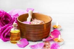 Roses spa die met badzout plaatsen, rozenbloemen, bad nam olie toe, Royalty-vrije Stock Foto